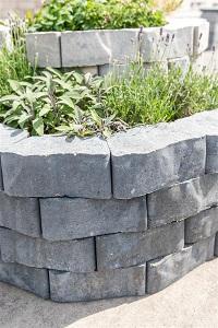Gartensteine als dekoratives Gestaltungselement im Hochbeet