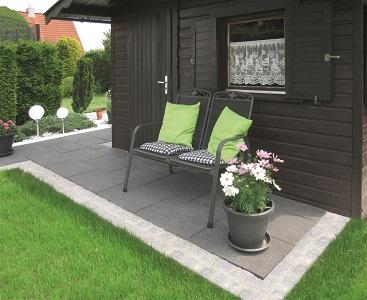 Terrassenplatten im Garten mit zwei Stühlen